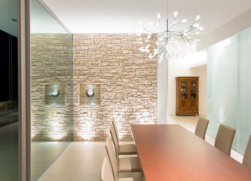 Living origine pietra for Soggiorno con parete in pietra