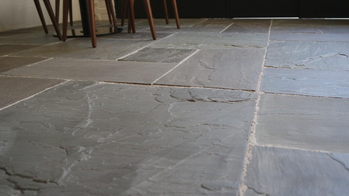 Pavimenti in pietra naturale origine pietra for Mattonelle finta pietra